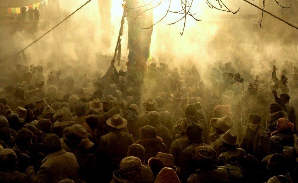 西藏拉薩日喀則江孜縣白居寺廣場,舉行一年一度的豎經幡柱拋灑糌粑的祈福活動。 新華社資料照