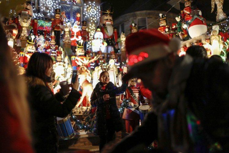 紐約居民來到布魯克林戴克高地欣賞這裡佈滿聖誕燈飾的房屋。戴克高地是紐約有名的聖誕街區,這裡的居民每年都精心打造自家門前的聖誕燈飾。每當夜幕降臨,這片五光十色的街區宛如童話世界。 中新社